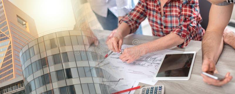 Архитекторы работая на планах; множественная выдержка стоковые фото