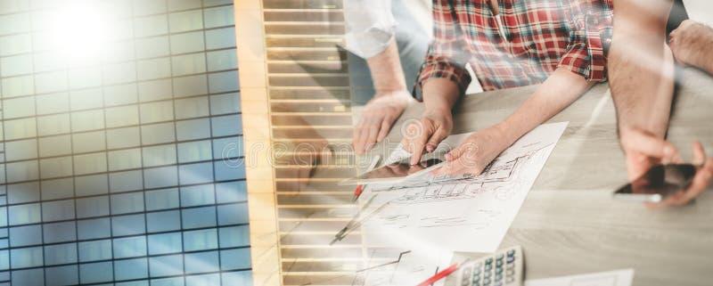 Архитекторы работая на планах; множественная выдержка стоковые фотографии rf
