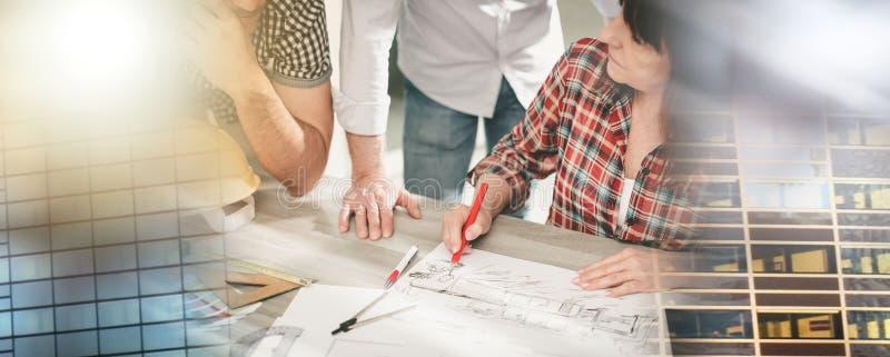 Архитекторы работая на планах; множественная выдержка стоковое изображение rf