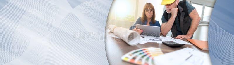 Архитекторы работая на планах, светлом effet знамя панорамное стоковые фотографии rf
