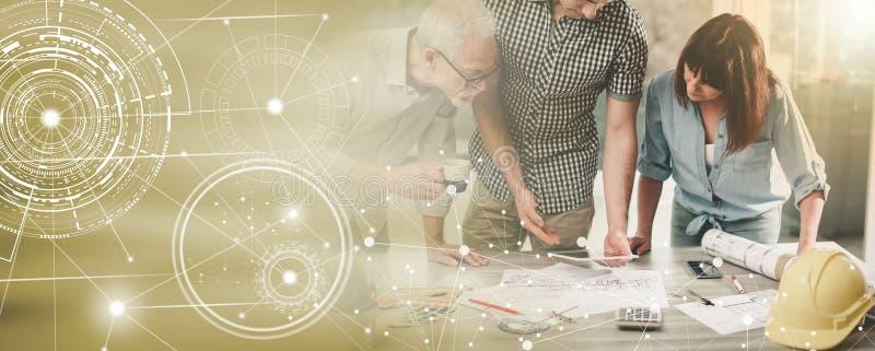 Архитекторы работая на планах, световом эффекте; множественная выдержка стоковые фото