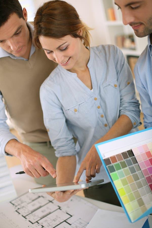 Архитекторы стоя в офисе и работая совместно стоковое фото rf
