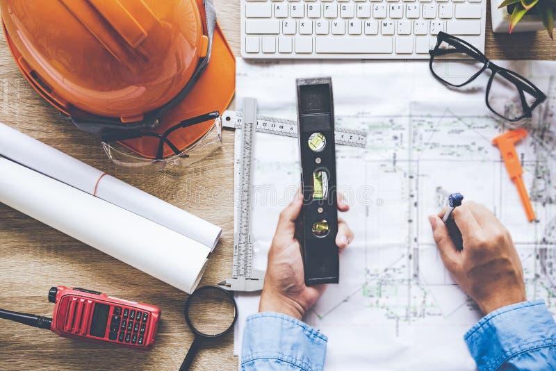 Архитектор взгляд сверху работая на светокопии Рабочее место архитекторов Проектируйте инструменты и управление безопасности, све стоковые фотографии rf
