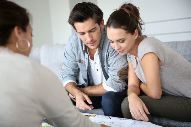 Архитектор встречи пар проверяя план стоковые изображения