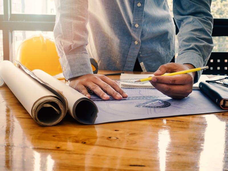 Архитектор делая эскиз к светокопии строительного проекта стоковые изображения