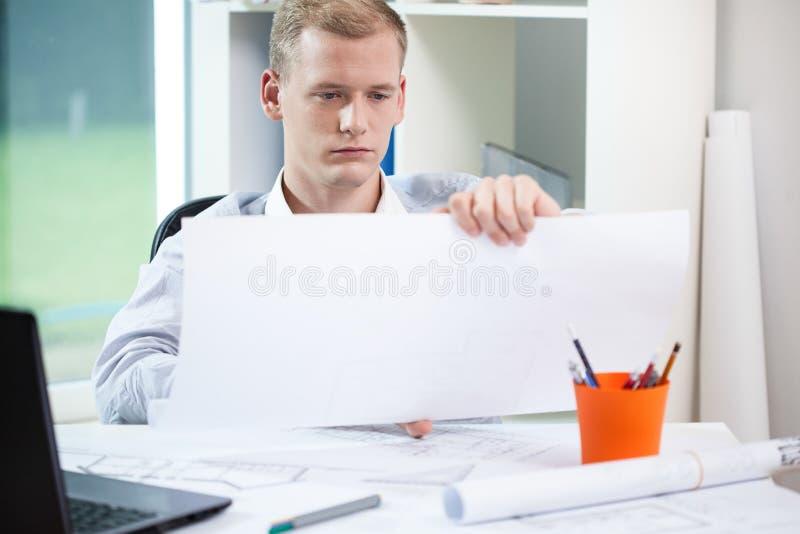 Архитектор заканчивая его работа стоковая фотография