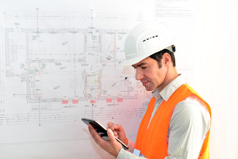 Архитектор планируя план дома на том основании стоковые изображения rf