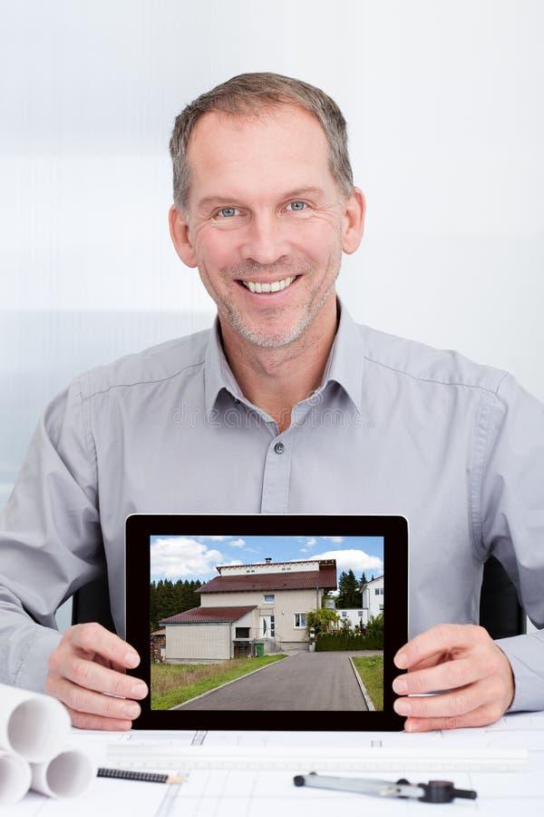 Архитектор показывая изображение дома стоковая фотография rf