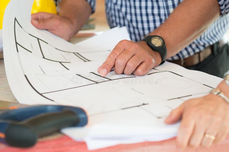 Архитектор показывая план на светокопии стоковые изображения rf