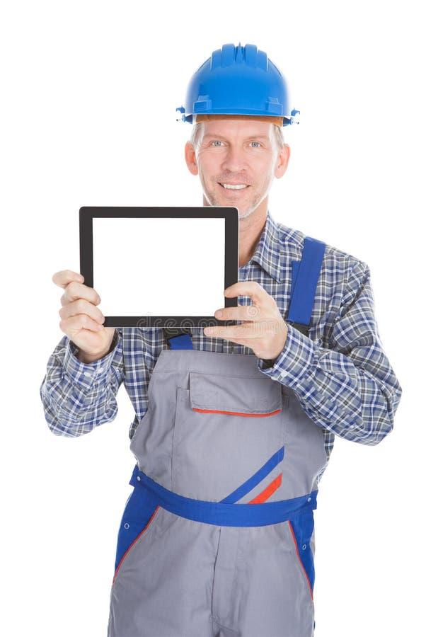 Архитектор показывая цифровую таблетку стоковые фото
