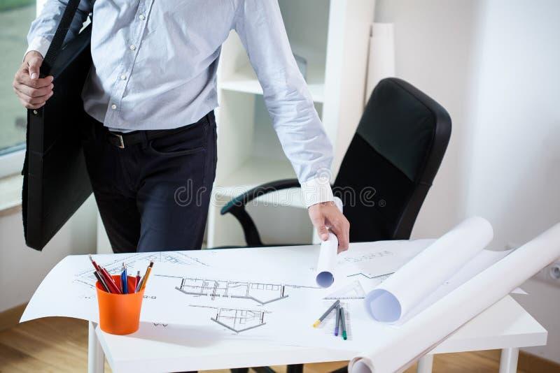 Архитектор покидая его офис стоковое изображение