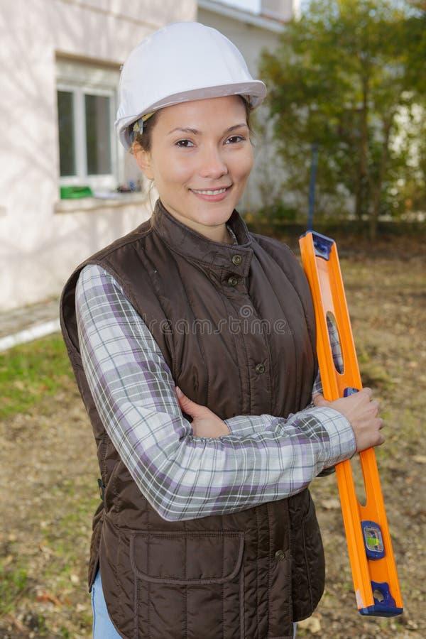 Архитектор портрета красивый женский на строительной площадке стоковое фото rf