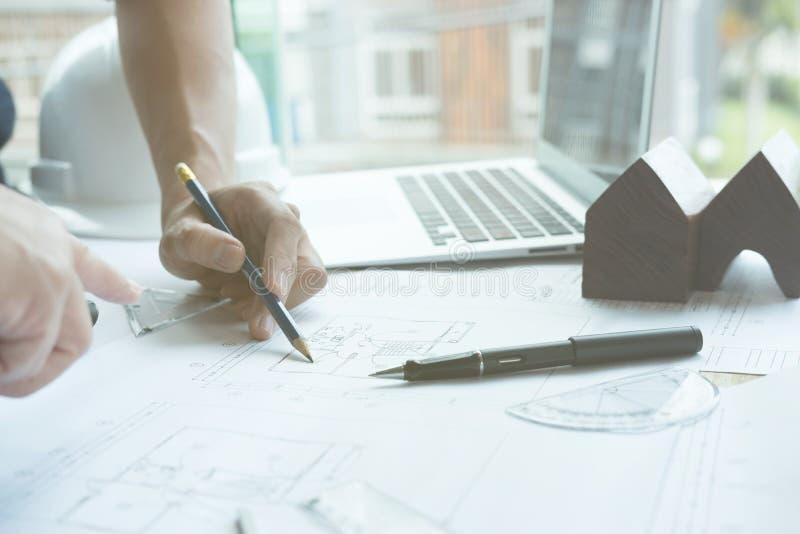 Архитектор работая на проекте недвижимости с партнером на workpla стоковые фото