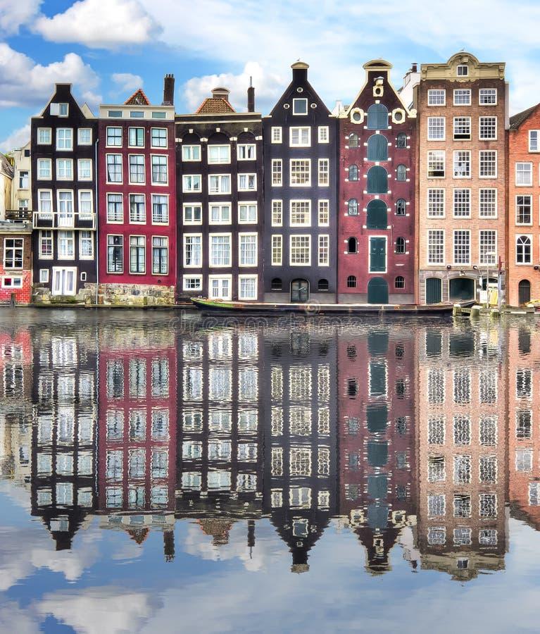 Архитектура Амстердама с отражением в канале Damrak, Нидерландах стоковое изображение rf