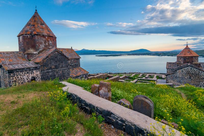 Архитектура армянских храмов Вид Севанаванского монастыря и Озеро Севан стоковое изображение rf