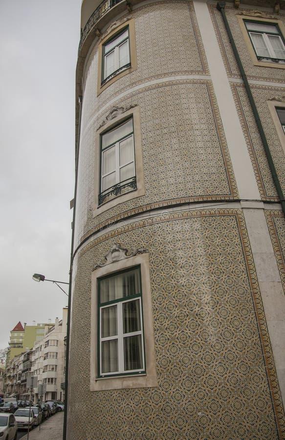 Архитектура в Лиссабоне, Португалии, Европе - пасмурном дне в зиме; крыть черепицей черепицей здание стоковая фотография rf