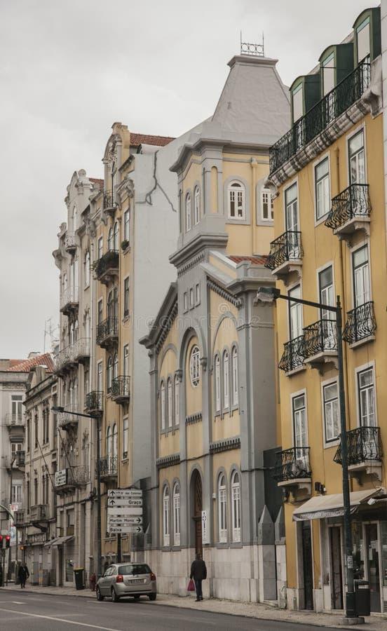 Архитектура в Лиссабоне, Португалии - пасмурном дне в зиме; улица стоковая фотография rf