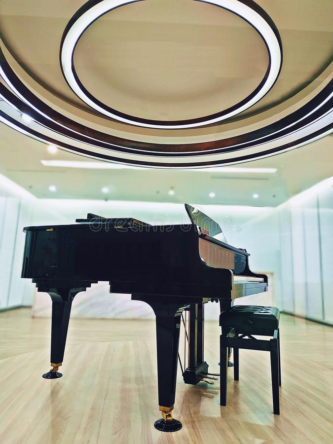 Архитектура, зала белого цвета широкая с роялем, интерьером, стоковая фотография