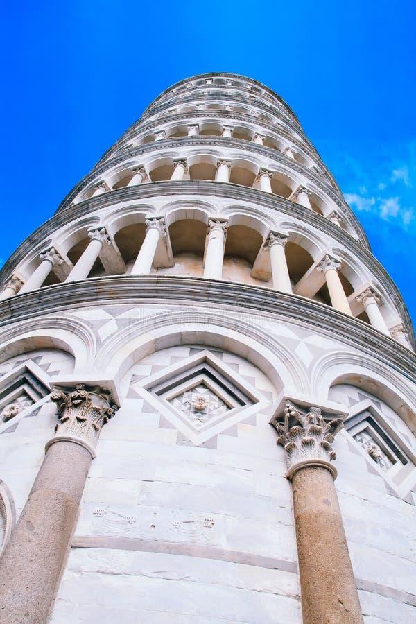 Архитектура и памятники в Италии полагаясь башня pisa стоковое изображение