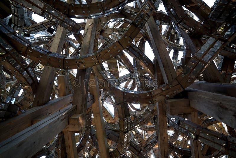 Архитектура конспекта современная будущая Спирали древесины, соединенные металлом Геометрия зодчества стоковая фотография