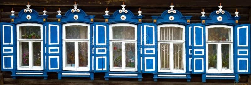 Архитектура наследия Деревянные platbands на имуществе 3 стоковые фото
