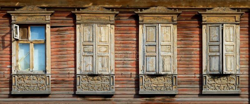 Архитектура наследия Деревянные platbands на имуществе 4 стоковые фото