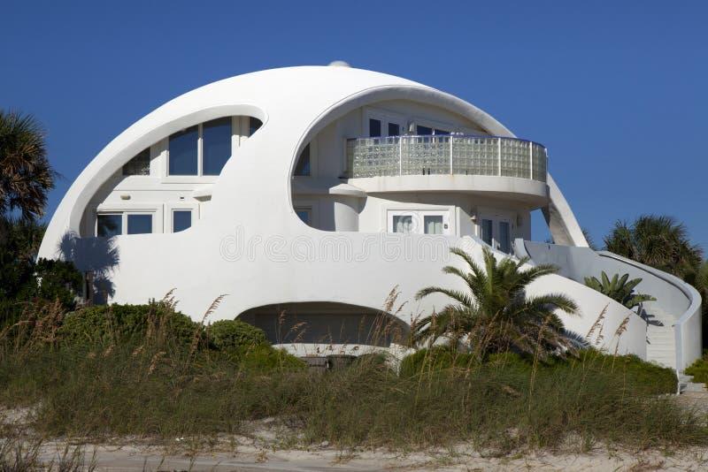 Архитектура: Необыкновенный пляжный домик формы купола стоковое изображение rf