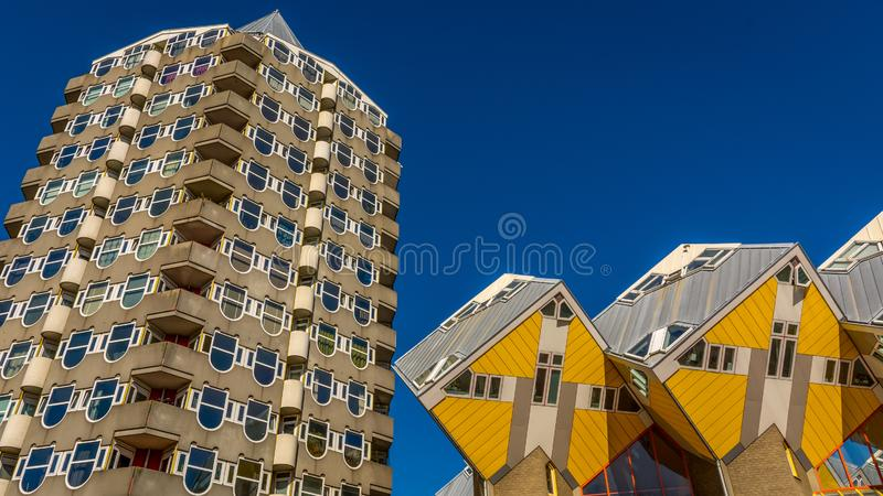 Архитектура Нидерландов кубик Piet blom's cubuswoningen и blaktoren het potlood, или pencil tower в одном изображении Синее небо стоковое фото rf