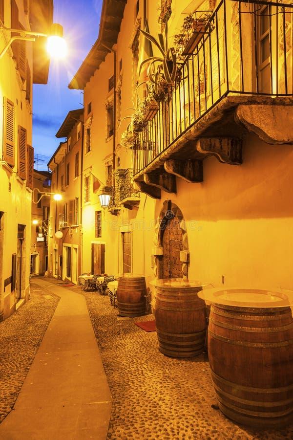 Архитектура старого городка в Desenzano del Garda стоковое изображение