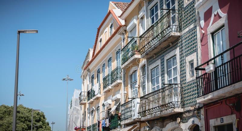 Архитектурноакустическая деталь зданий типичных исторического центра города Лиссабона, Португалии стоковые изображения