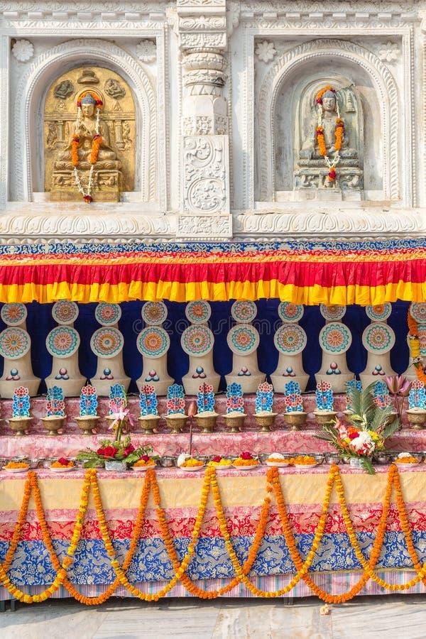 Архитектурноакустическая деталь с статуями Будды стоковая фотография