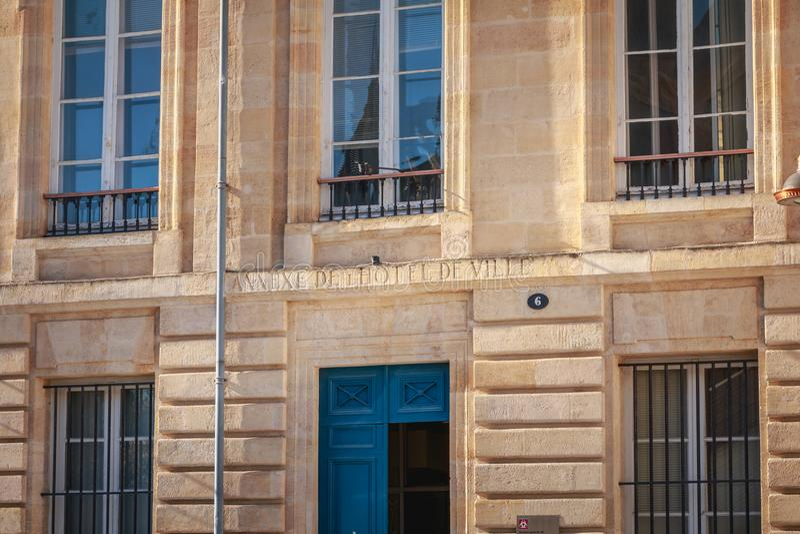 Архитектурноакустическая деталь фасада дополнения здание муниципалитета стоковое изображение rf