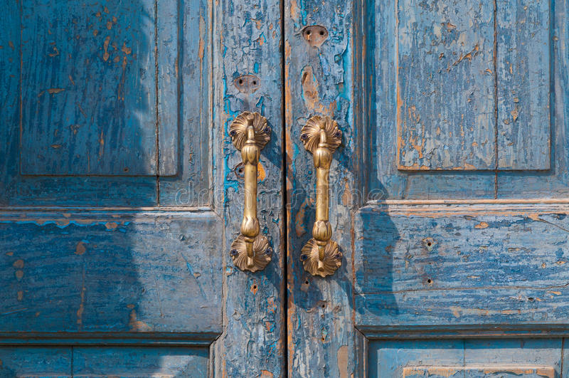 Архитектурноакустическая деталь винтажной латунной ручки двери стоковое фото rf