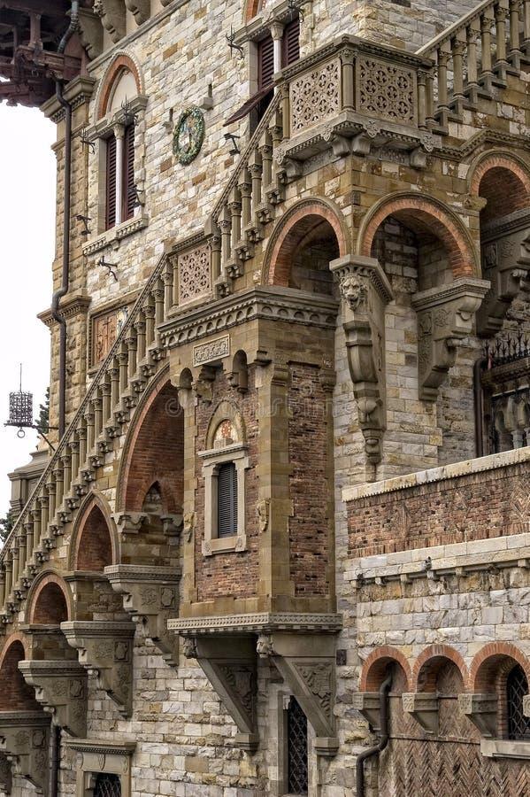 Архитектурноакустическая деталь здания в Генуе стоковые изображения rf