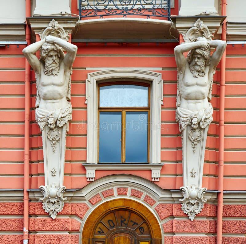 Архитектурноакустическая деталь фасада в нео-барочном стиле с диаграммами Atlantes стоковые фото