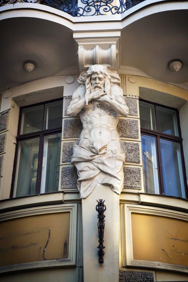 Архитектурноакустическая часть скульптурного барельеф на малой улице стоковая фотография