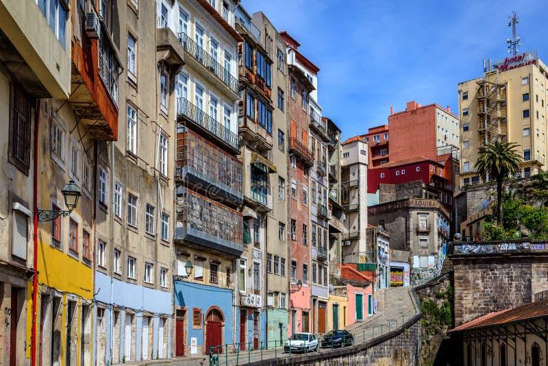 Архитектурноакустические высокие здания вдоль улицы Порту стоковые фото