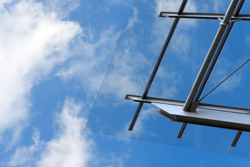 Архитектурноакустические детали стеклянного и стального здания стоковое изображение rf