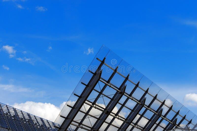 Архитектурноакустические детали стеклянного и стального здания стоковое фото