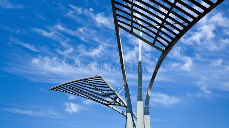 Архитектурноакустические структуры металла против голубого неба с драматическими облаками стоковая фотография