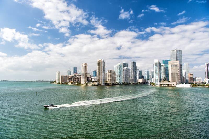 Архитектурноакустически впечатляющие высокие башни подъема Небоскребы и лазурная вода океана Увидеть привлекательности Портовый р стоковое изображение