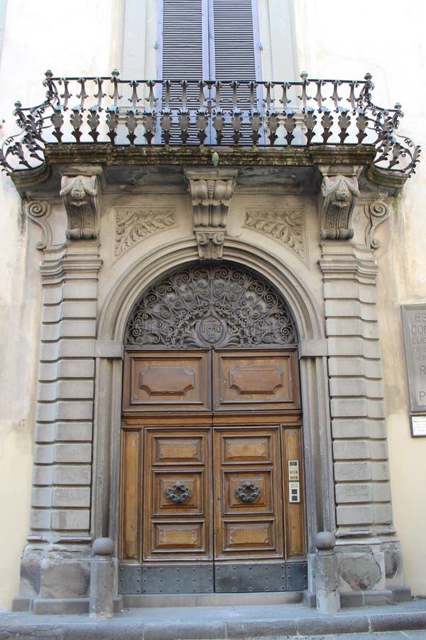 Архитектурноакустически украшенный вход с балконом стоковые фото