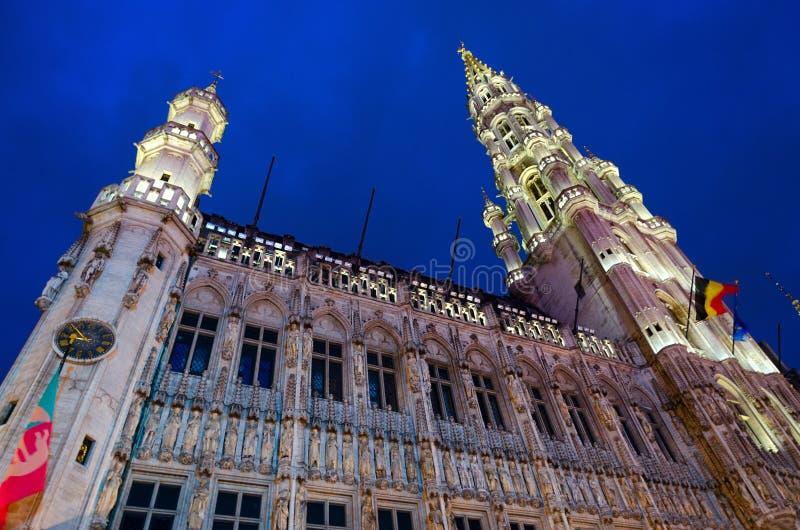 Архитектурный ансамбль большого места, городской ратуши в освещении вечера, Брюсселе, Бельгии стоковое фото rf