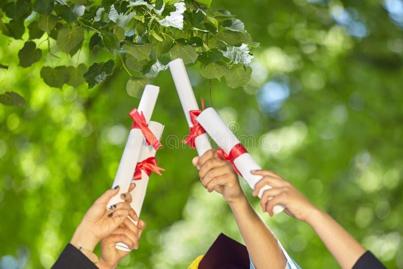 Аспиранты с дипломами стоковое фото