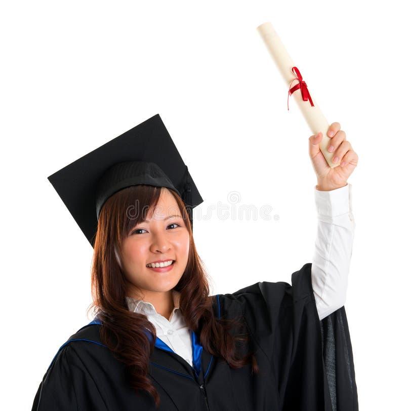 Аспирант поднял ее диплом градации стоковая фотография