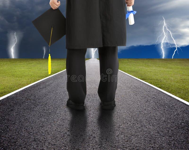 Аспирант стоя на дороге стоковая фотография rf