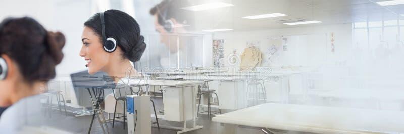Ассистенты обслуживания клиента с шлемофонами с яркой предпосылкой офиса стоковое изображение