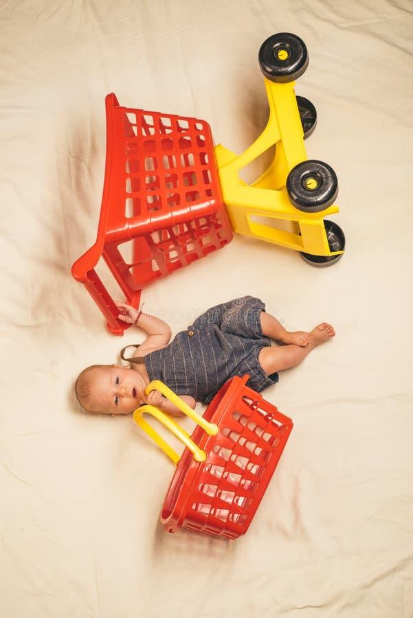 ассистент немногая Счастье детства Большое предложение сбывания изолированная предпосылка младенца немногой над белизной усмешки  стоковое фото rf