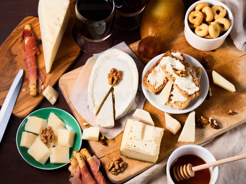 Ассортимент вина и сыра стоковое изображение rf