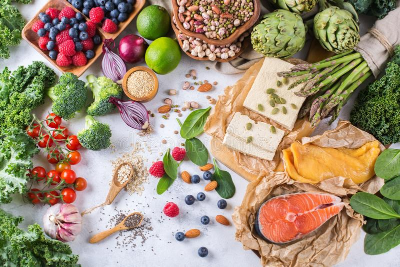 Ассортимент выбора здоровой сбалансированной еды для сердца, диеты стоковое фото